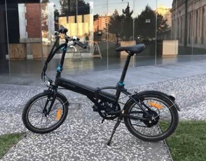 BTWIN  vélo électrique pliant, Décathlon, prise de vue dans un environnement urbain