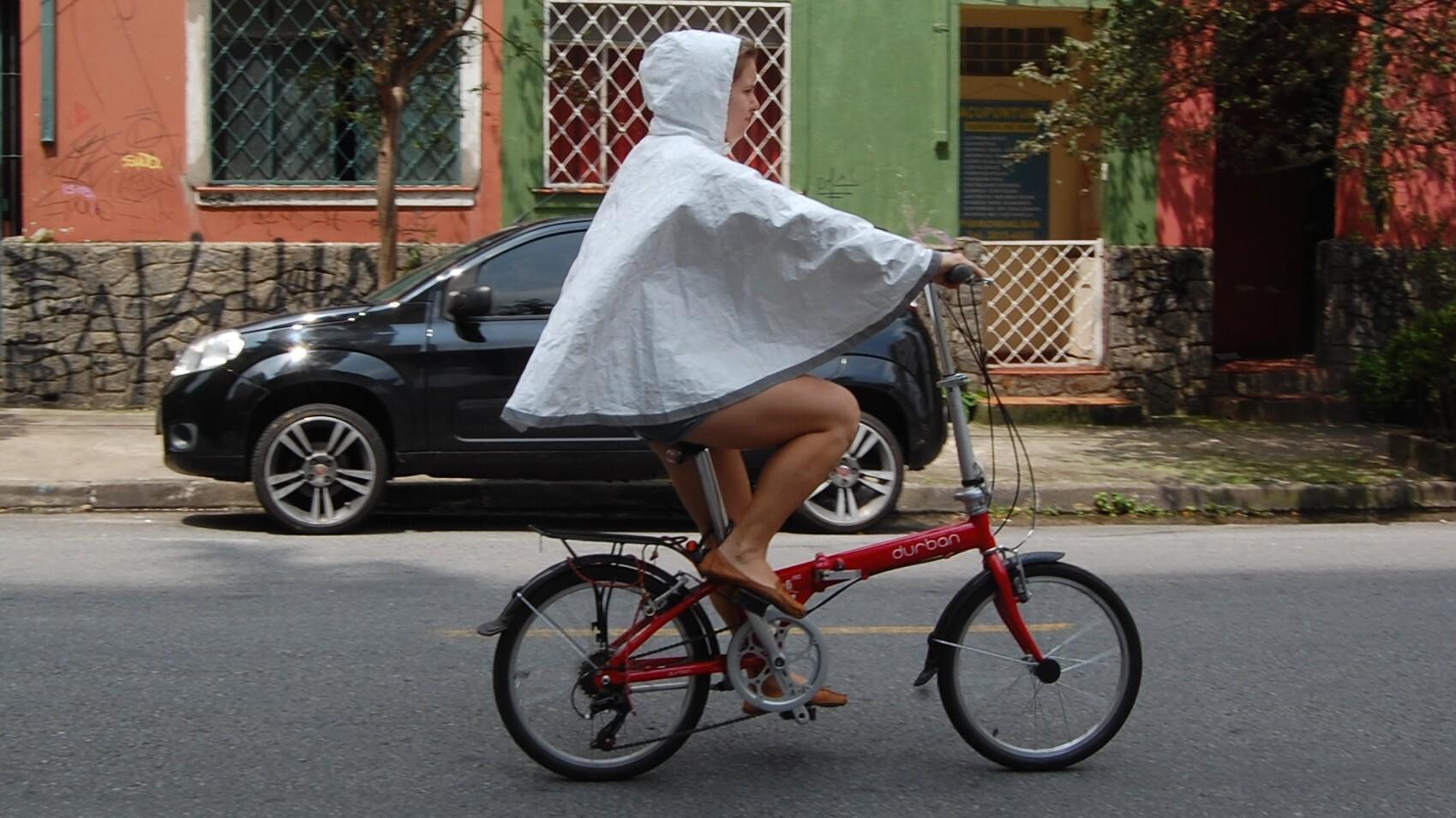 599578102 Designer gaúcha cria capa de chuva para ciclistas com material ...
