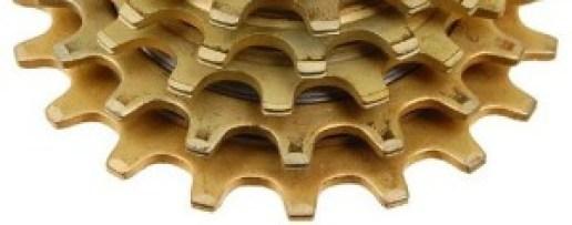 Nótese las muescas en el canto del diente del engrane en este Regina Oro de los 80 (un diferenciador entonces) procurando atrapar la cadena y compárese la solución artesanal con la de alta tecnología de las rampas.