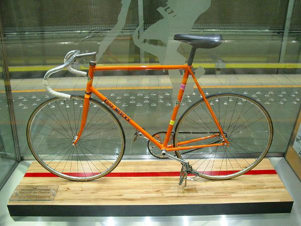 Bicicleta de Eddy Merckx usada en el récord de la hora de 1972. Ejemplar exhibido en el metro de Bruselas. Imagen de Wikimedia