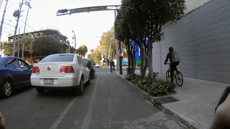 Ciclovía de Moras. Ciclista sobre la banqueta justo a lado de la ciclovía
