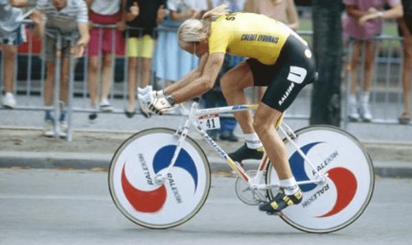 Laurent Fignon 1989. Nótese la inclinación hacia adelante del tubo superior para bajar el manubrio