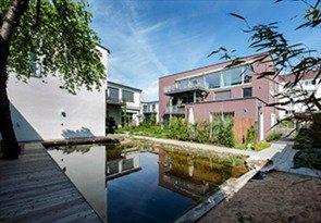 Zwei Bestandsgebäude einer ehemaligen Schokoladenfabrik in der Schloßäckerstraße wurden umgebaut und um ein neues Holzhaus erweitert. Quelle: Margarete Weidinger