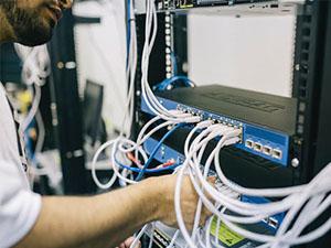Técnico realizando una instalación de red