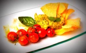 Ensalada de guacamole, mozzarella, tomatitos con pesto y totopos de maiz