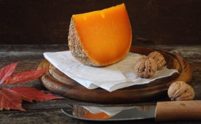 Entre los quesos raros, se encuentra este queso francés Mimolette
