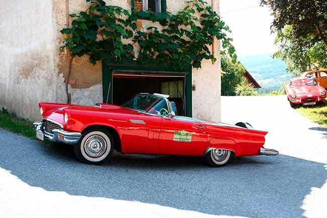 Soñar con auto rojo estacionado