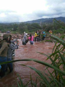 Maira, Mérida: Ciudada nos cruzan el rio Torbes para ir a votar, eludiendo el amedrentamiento de paramilitares