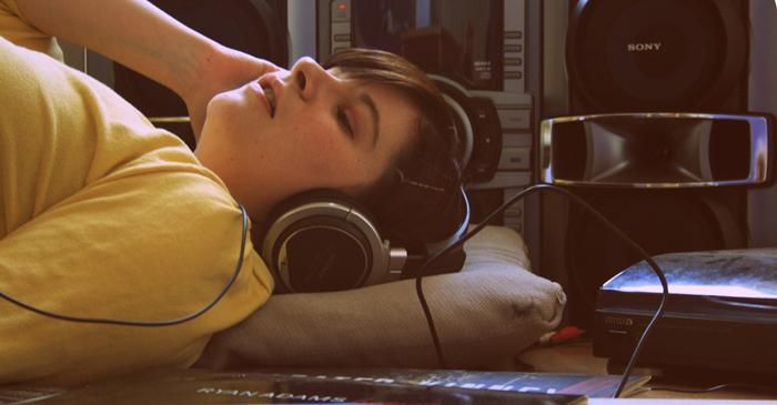 cerrar los ojos al escuchar musica