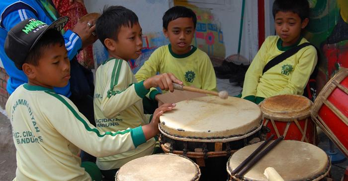 niños tambores