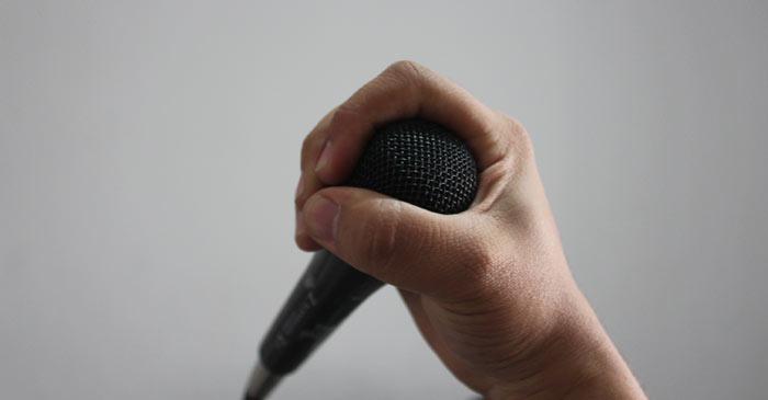 agarra-microfono