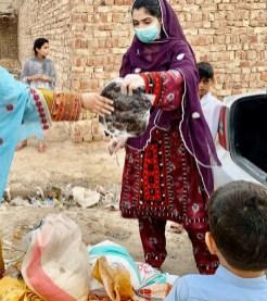 کوئٹہ، مند سے تعلق رکھنے والی سیاسی و سماجی کارکن مینا بلوچ کورونا وائرس کے باعث لاک ڈاون کے دوران حکومت بلوچستان کے تعاؤن سے مستحق افراد میں راشن تقسیم کررہی ہے۔ (تصویر/سوشل میڈیا/ مینا بلوچ)