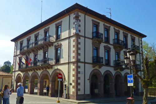 Ayuntamiento Nuevo de Comillas en la Plaza Joaquín de Piélago