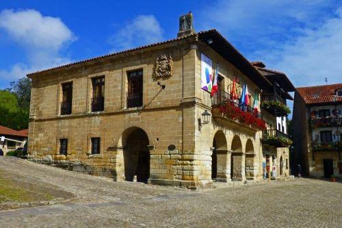 Ayuntamiento de Santillana del Mar en la Plaza Mayor