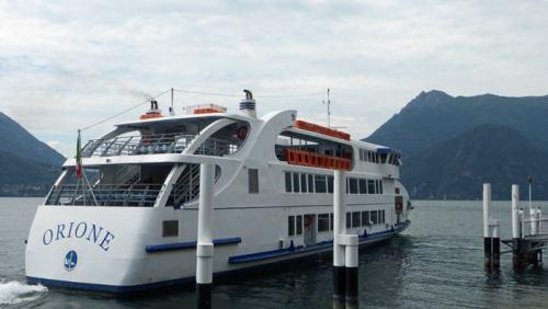 Barco turístico para recorrer los pueblos del Lago de Como