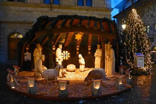 Belén y Árbol de Navidad junto al Ayuntamiento de Lucerna
