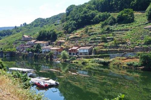 Río Miño después de pasar por el Embalse de Belesar, ruta de los embalses de la Ribeira Sacra