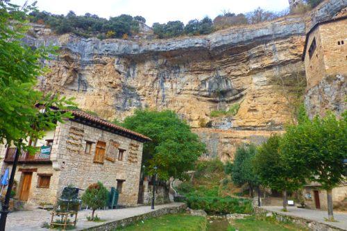 Orbaneja del Castillo resguardada bajo una cornisa de piedra