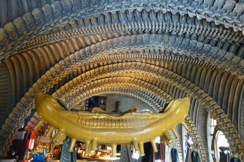 Columnas vertebrales dando forma al techo del Café Alien