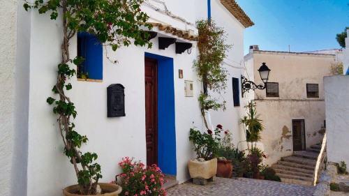 Casa tradicional de Altea, de color blanco con plantas y flores como decoración