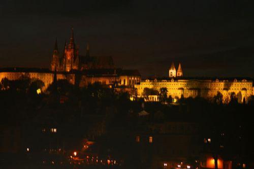 Vista nocturna del Castillo de Praga
