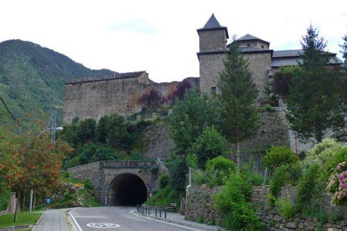 Restos del castillo de Torla-Ordesa junto a la Iglesia de San Salvador