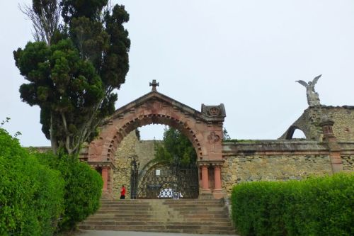 Puerta de acceso al Cementerio de Comillas, declarada Bien de Interés Cultural
