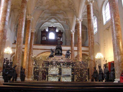 Cenotafio del emperador Maximiliano I en la Iglesia de la Corte de Innsbruck