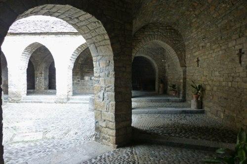 Tramo románico del claustro de la Iglesia de Santa María de Aínsa