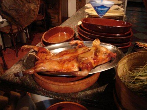 Cochinillo segoviano asado en horno de piedra, qué comer en Segovia, platos y gastronomía tradicional