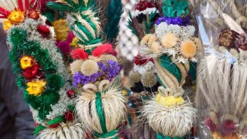 Ramos de colores típicos del Domingo de Ramos en Gdansk