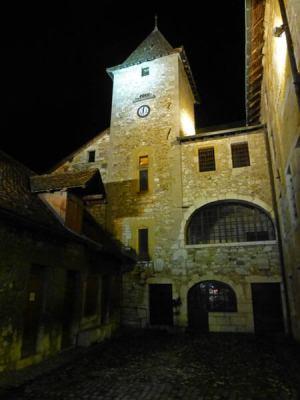 Vista nocturna de la entrada al Palacio de la Isla