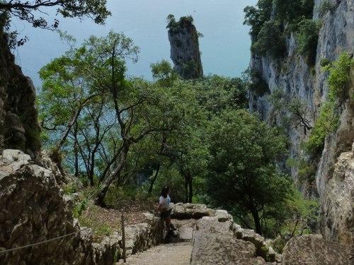 Escalera de acceso al Faro del Caballo en Santoña