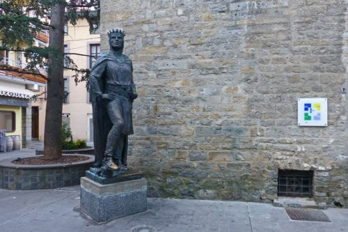 Escultura del rey Ramiro I de Aragón en Jaca