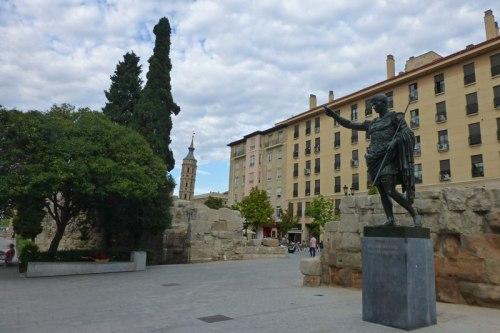 Estatua en honor del emperador César Augusto junto a la Plaza del Pilar, historia de Zaragoza