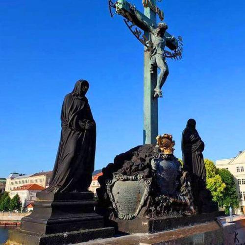 Estatua de la Crucifixión de Cristo en el Puente de Carlos de Praga