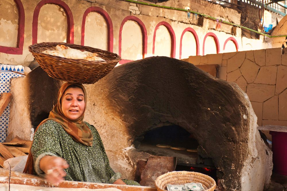 Preparando aish, comida típica de El Cairo, gastronomía de El Cairo, qué comer en El Cairo