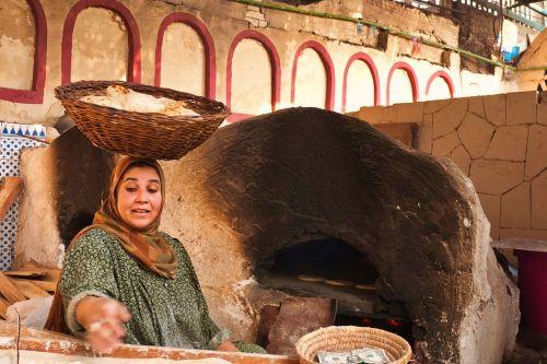 Preparando aish, comida típica de El Cairo