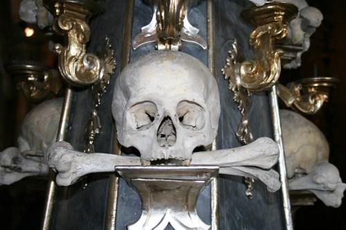 Huesos humanos en el Osario de Sedlec, el monumento más famoso de Kutná Hora