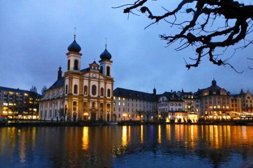 Iglesia de los Jesuitas a orillas del río Reuss