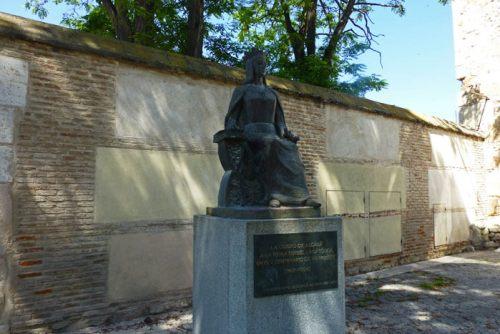 Escultura de Isabel la Católica frente al Palacio Arzobispal de Alcalá de Henares