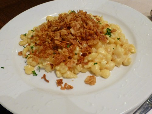 Käsespätzle, ñoquis con queso y cebolla frita, qué comer en Múnich