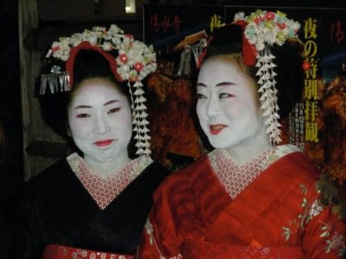 Maiko por las calles de Gion