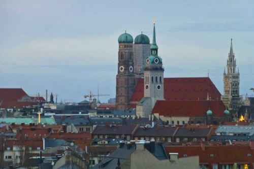 Torres de la Catedral de Múnich, el Ayuntamiento y la Iglesia de San Pedro