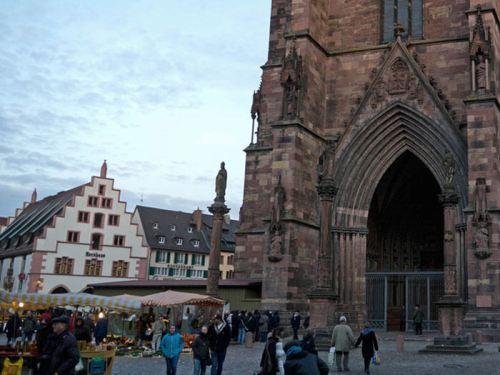 Mercado de Navidad frente a la Catedral de Friburgo de Brisgovia