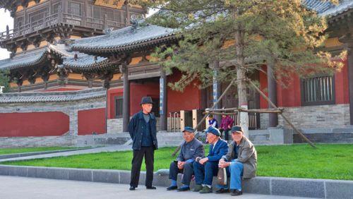 Habitantes de Datong relajándose junto al Monasterio Huayan