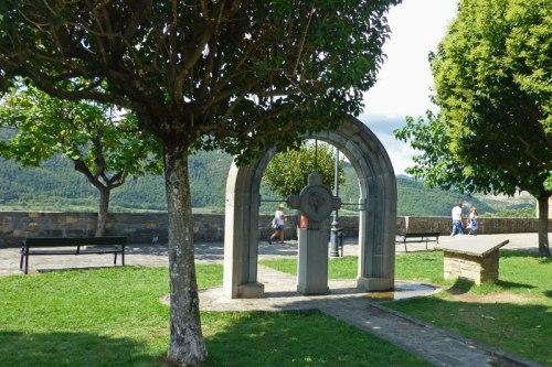 Monumento a los Fueros del Sobrarbe en la Plaza del Castillo de Aínsa