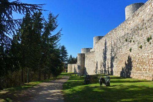 Muralla rodeando el Castillo de Burgos