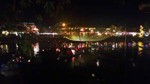 Ambiente nocturno en el río Thu Bon
