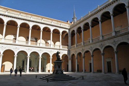 Patio del Alcázar de Toledo con la estatua de Carlos I